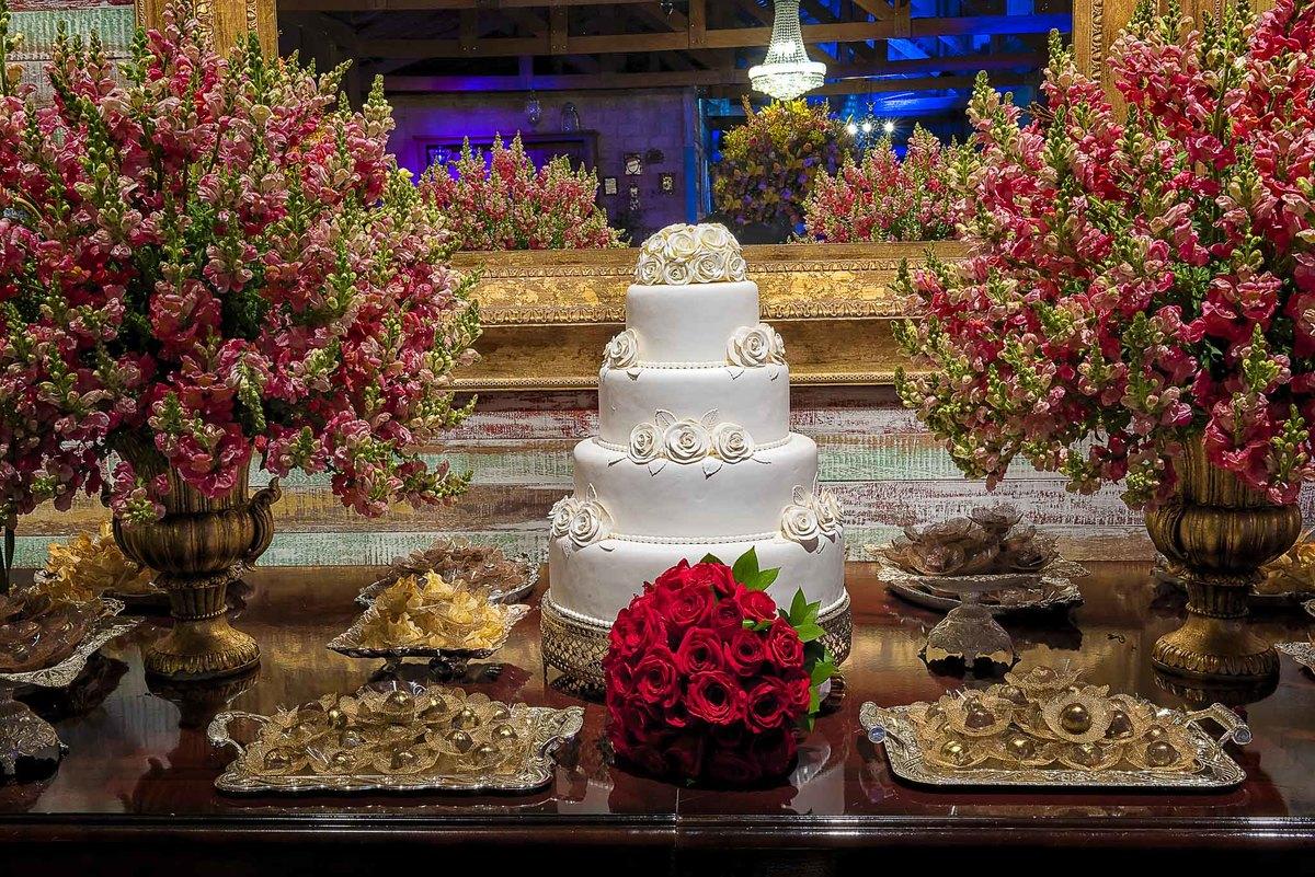 fotografia de casamento no armazém 465 Alphaville, fotografia de casamento em alphaville. bolo de casamento com o buquê