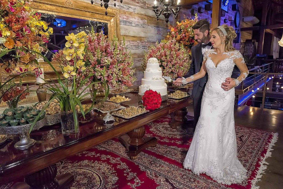 fotografia de casamento no armazém 465 Alphaville, fotografia de casamento em alphaville. noivos cortando o bolo de casamento