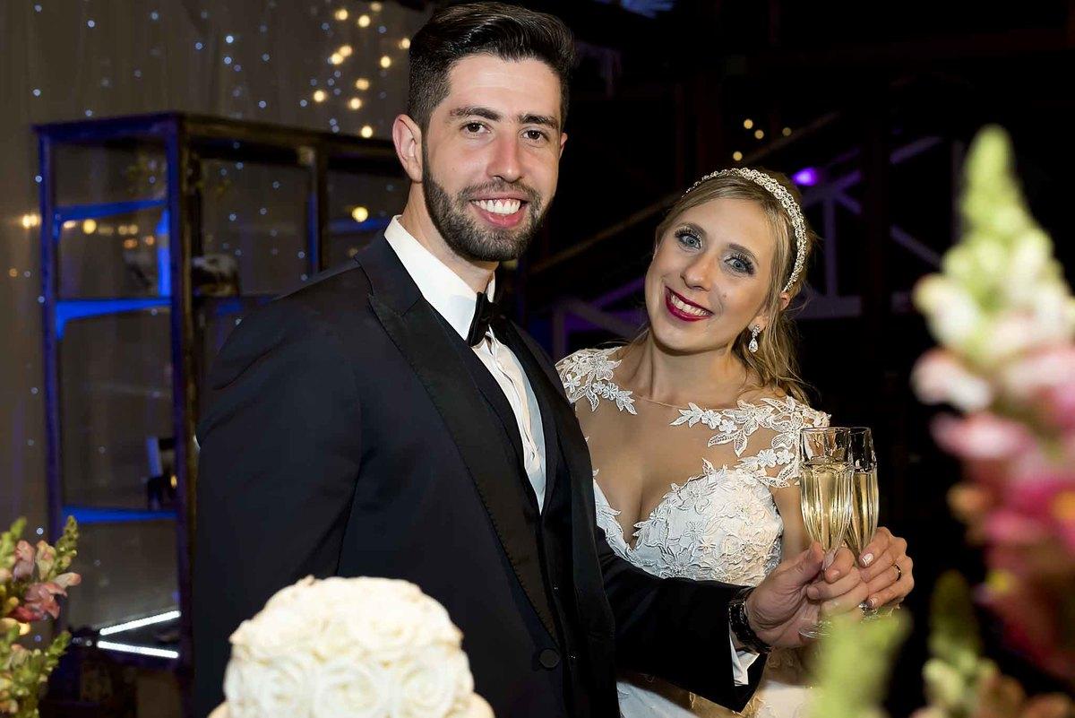 fotografia de casamento no armazém 465 Alphaville, fotografia de casamento em alphaville. noivos com taças brindando
