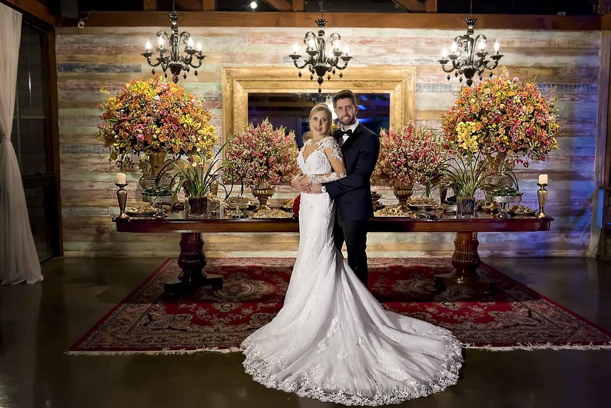 fotografia de casamento no armazém 465 Alphaville, fotografia de casamento em alphaville. noivos posando em frente a mesa do bolo de casamento