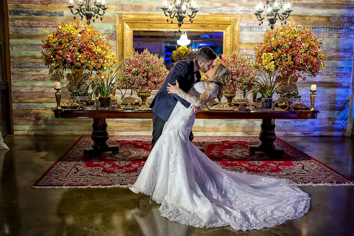 fotografia de casamento no armazém 465 Alphaville, fotografia de casamento em alphaville. noivos beijando em frente a mesa do bolo de casamento