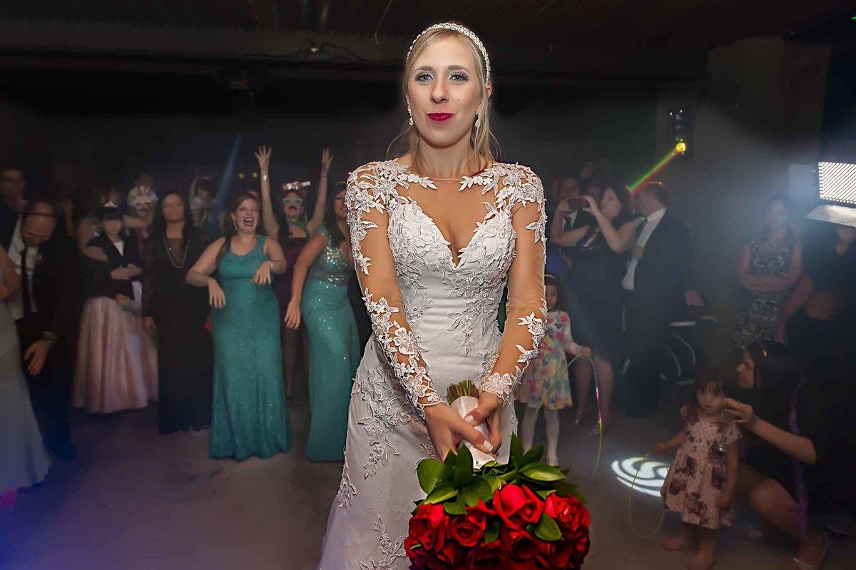fotografia de casamento no armazém 465 Alphaville, fotografia de casamento em alphaville. noiva se preparando para jogar o buquê
