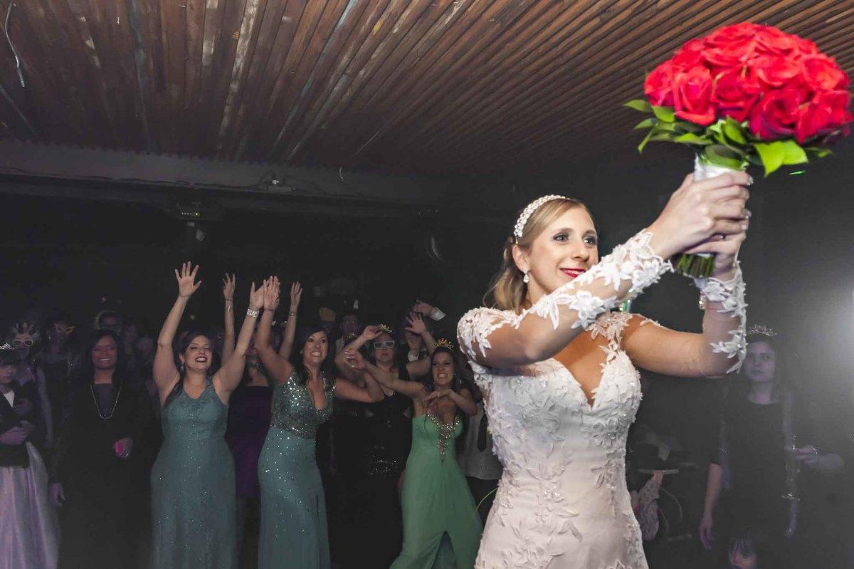 fotografia de casamento no armazém 465 Alphaville, fotografia de casamento em alphaville. noiva quase jogando o buquê