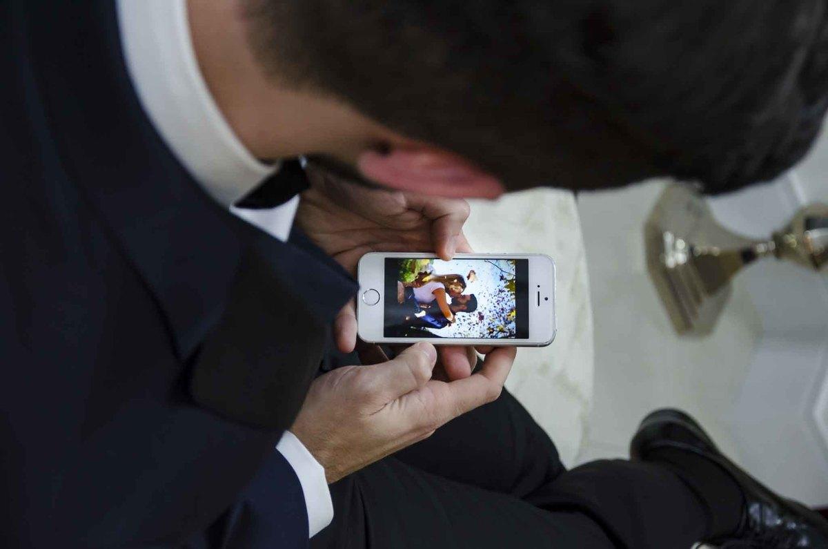 fotografia de casamento na Igreja Bom Pastor Alphaville, fotografia de casamento em alphaville. noivo vendo a foto do casal no celular
