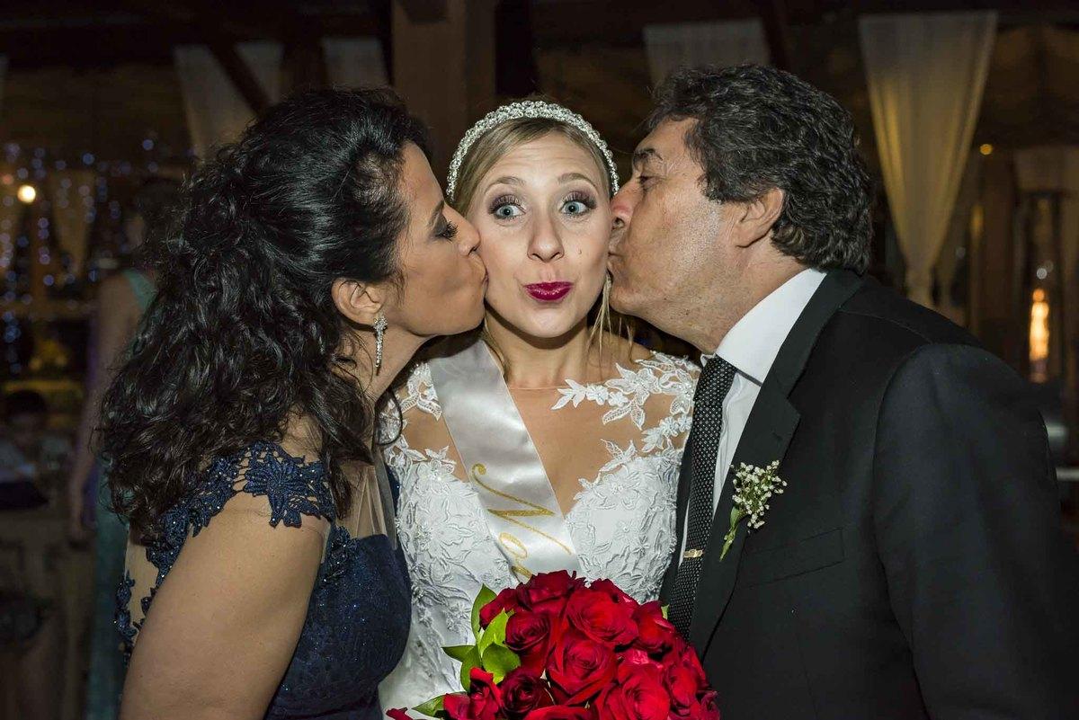 fotografia de casamento no armazém 465 Alphaville, fotografia de casamento em alphaville. pais do noivo beijando a noiva