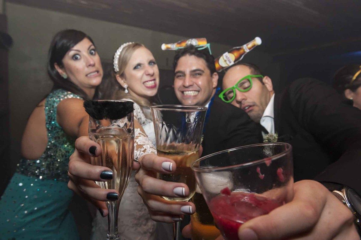 fotografia de casamento no armazém 465 Alphaville, fotografia de casamento em alphaville. noiva na festa com amigos