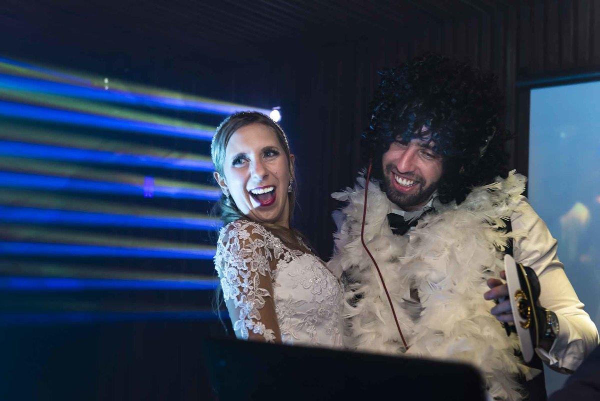 fotografia de casamento no armazém 465 Alphaville, fotografia de casamento em alphaville. noivos sorrindo na festa do casamento