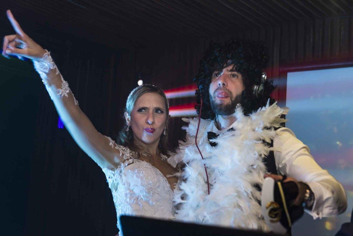 fotografia de casamento no armazém 465 Alphaville, fotografia de casamento em alphaville. noivos como DJ na festa do casamento