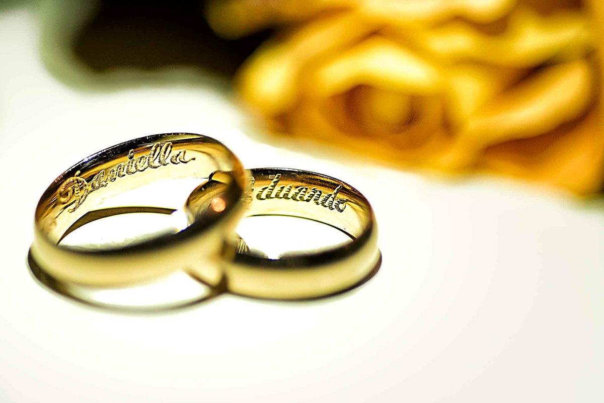 fotografia de casamento na Igreja Bom Pastor Alphaville, fotografia de casamento em alphaville. alianças com os nomes dos noivos