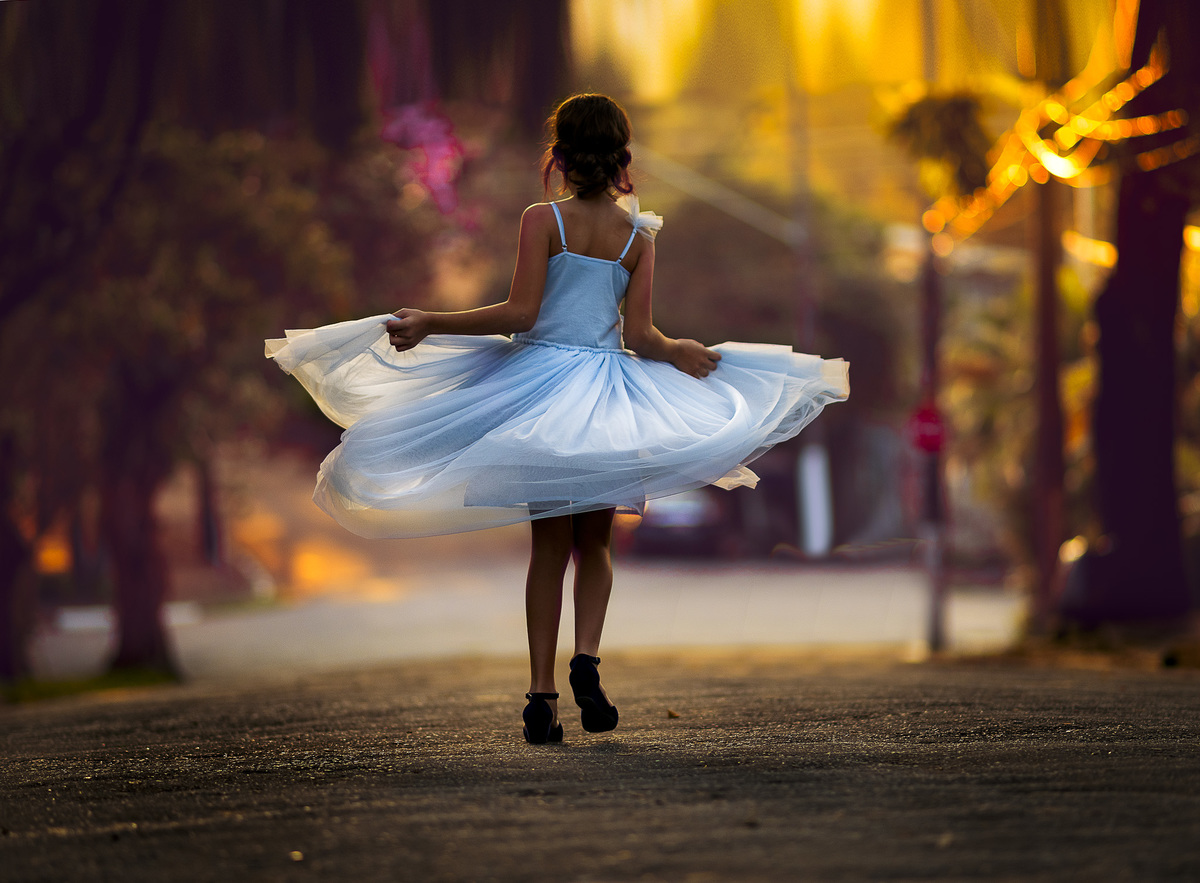menina dançando ao por do sol