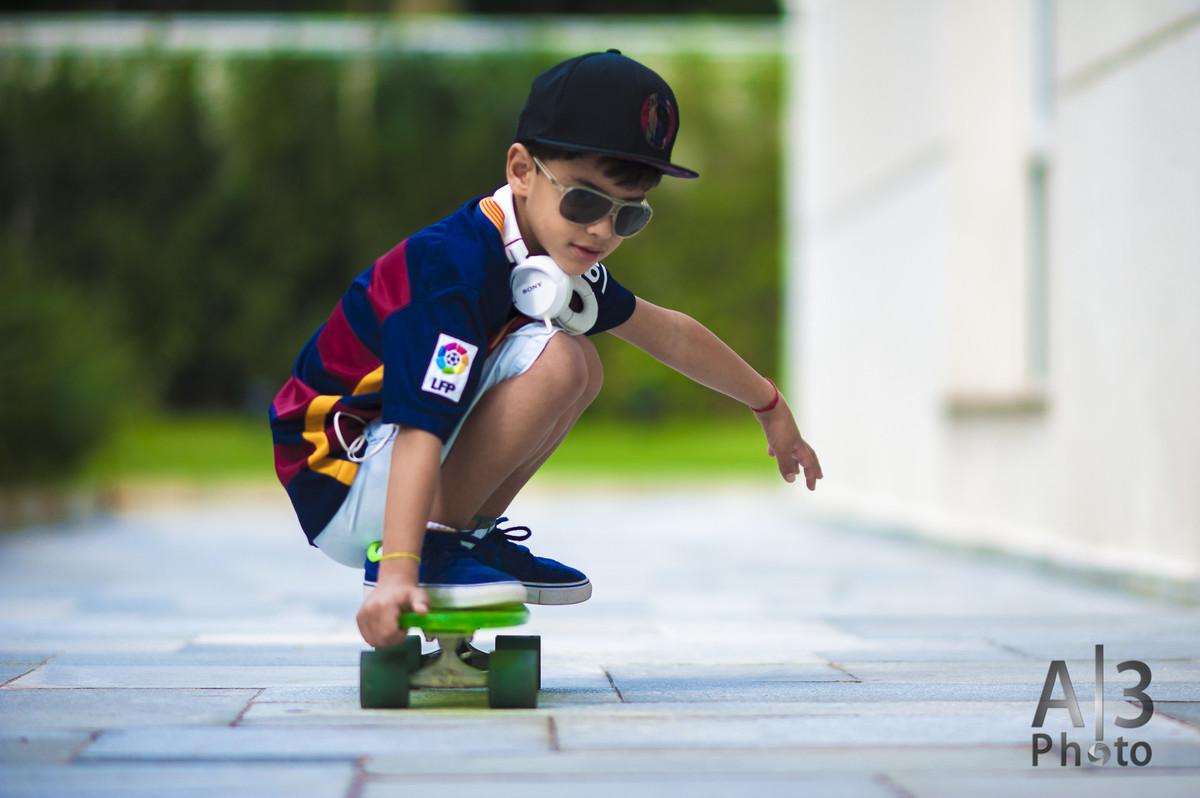 criança abdando no skate