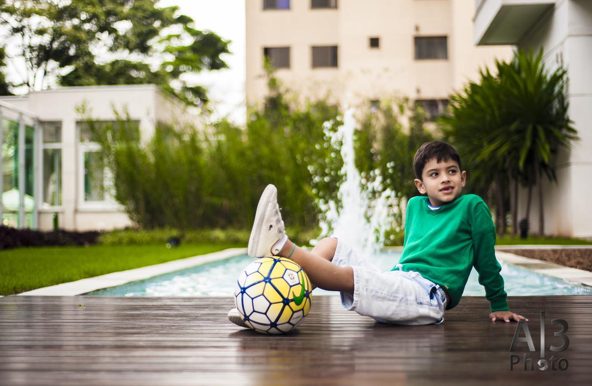 criança pousando com a bola