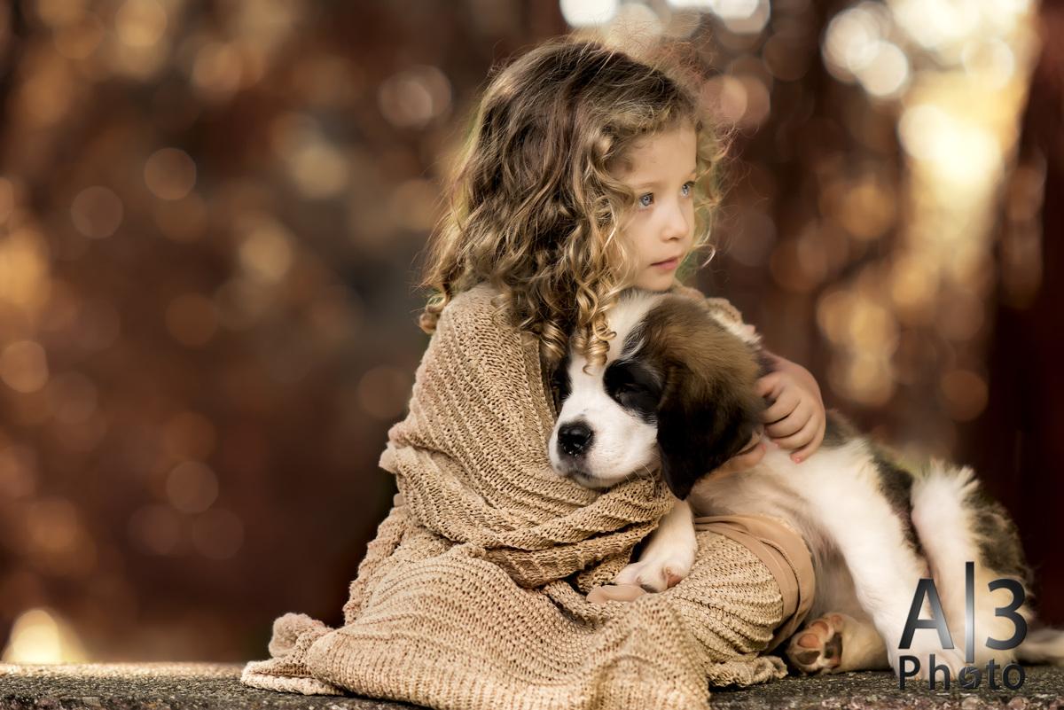 criança pousando com um cachorro