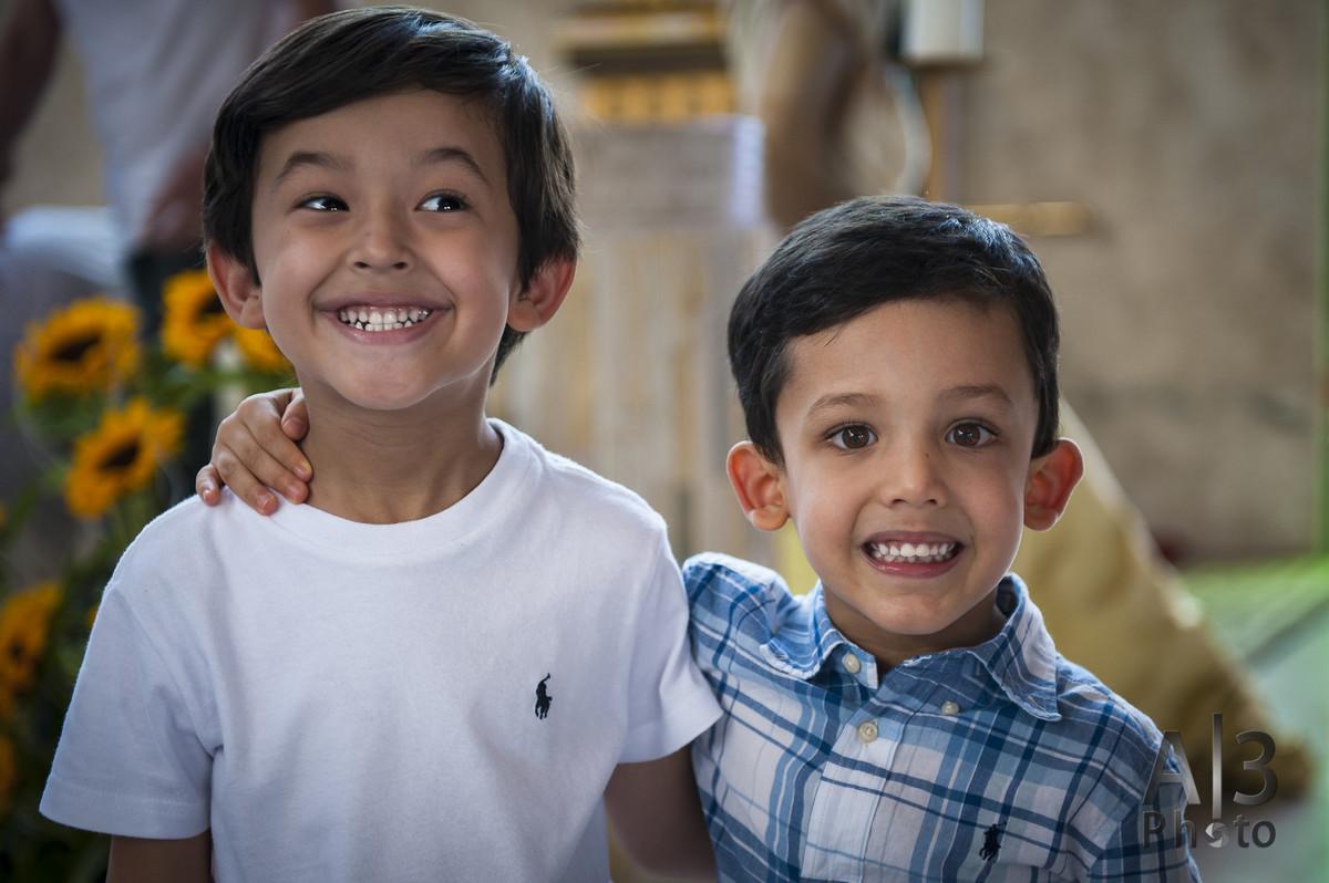duas crianças sorrindo juntas
