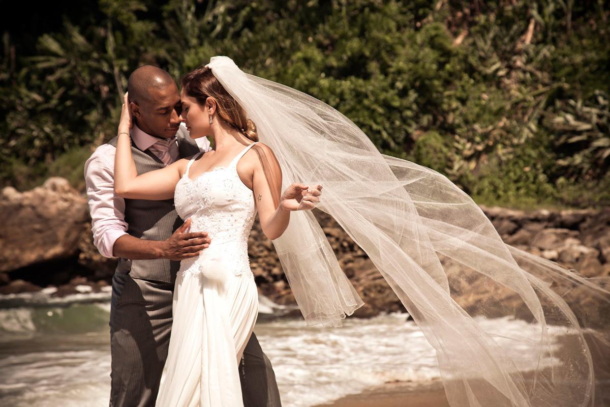 Imagem capa - Ensaio fotográfico de casal Trash the dress em Santos e no Guarujá por Anderson Nascimento
