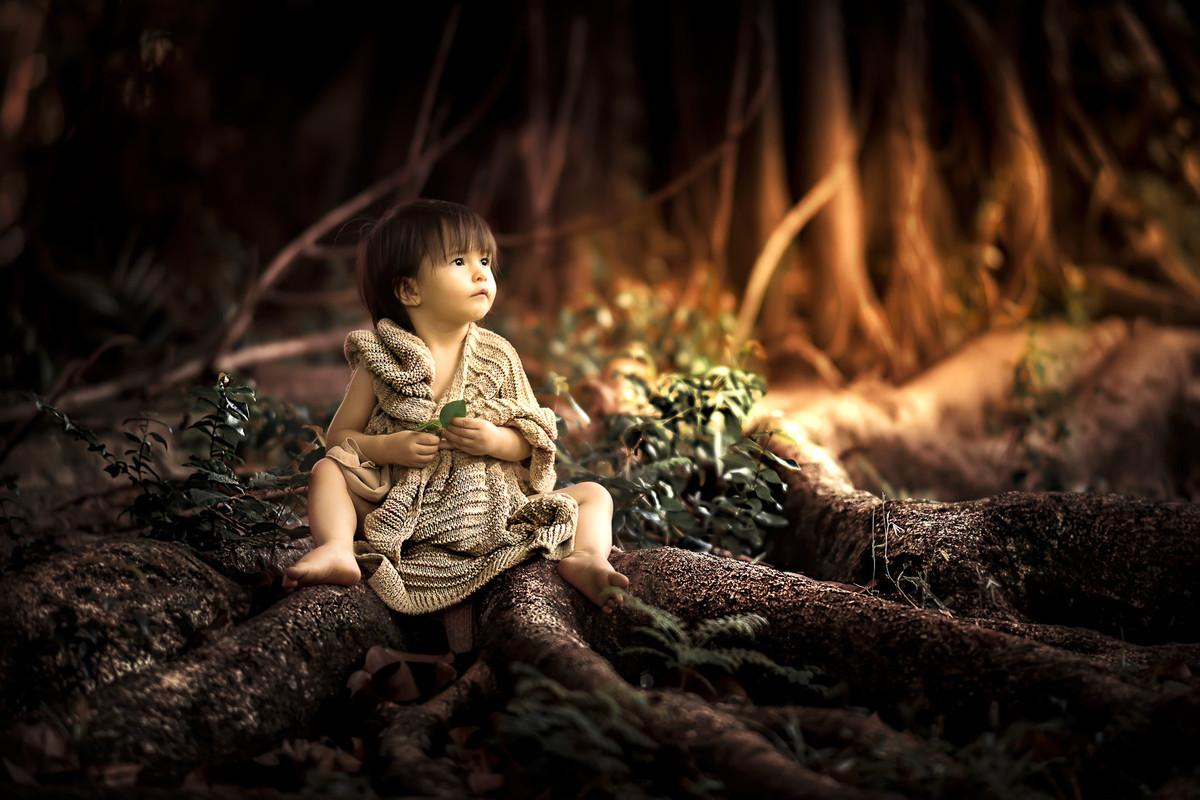 Ensaio infantil em alphaville. ensaio fotografia infantil alphaville. Ensaio infantil em são paulo. ensaio fotografia infantil são paulo. menina sentada nas raizes da árvore