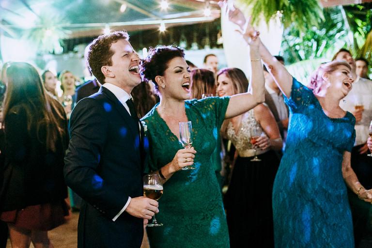 noivo e irmã da noiva dançando