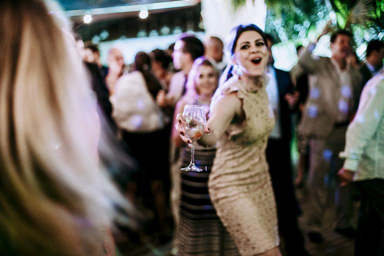 amiga da noiva festejando