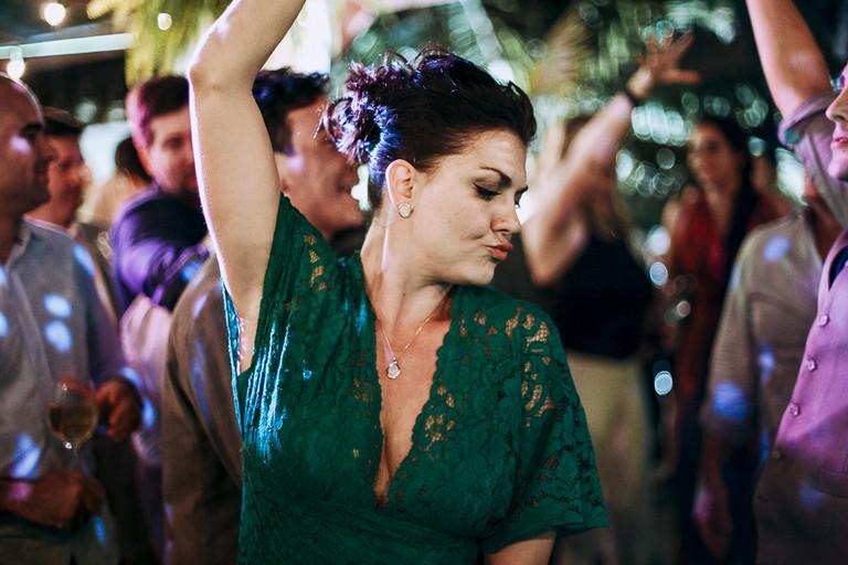 irmã da noiva dançando