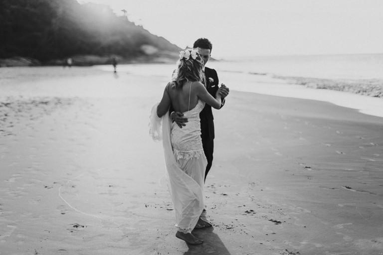 noivos dançando na praia