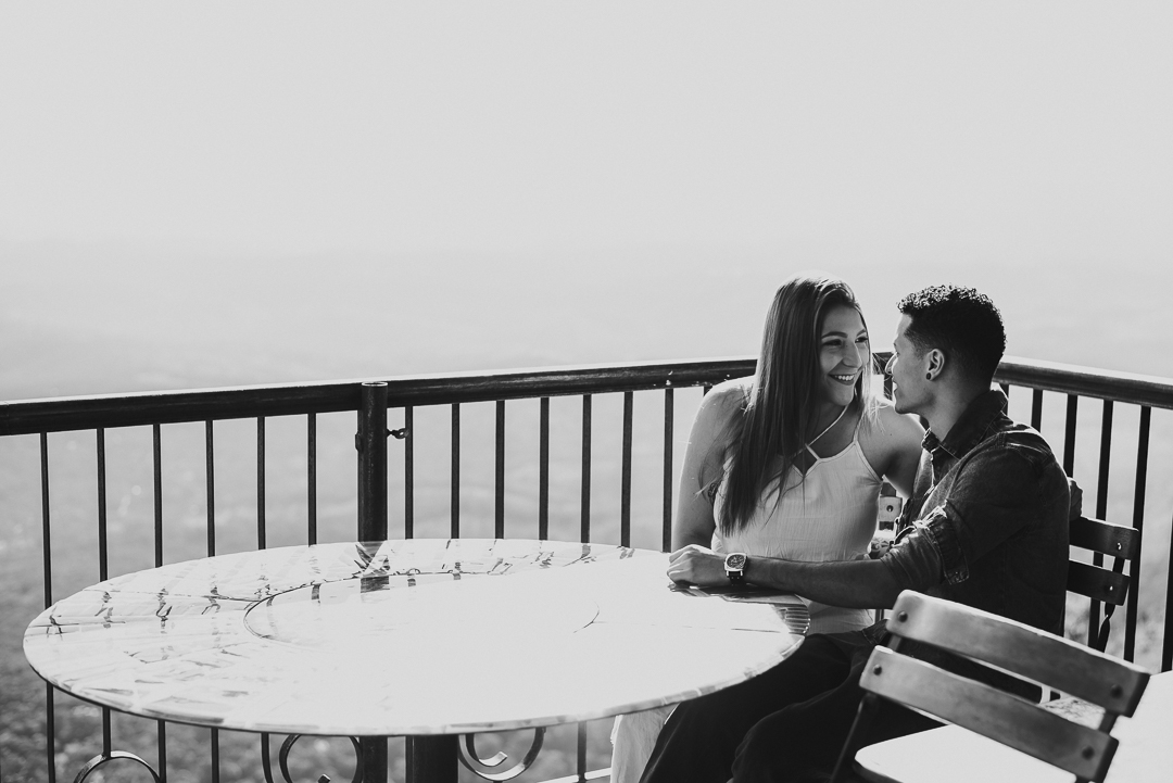 casal sentados e se olhando