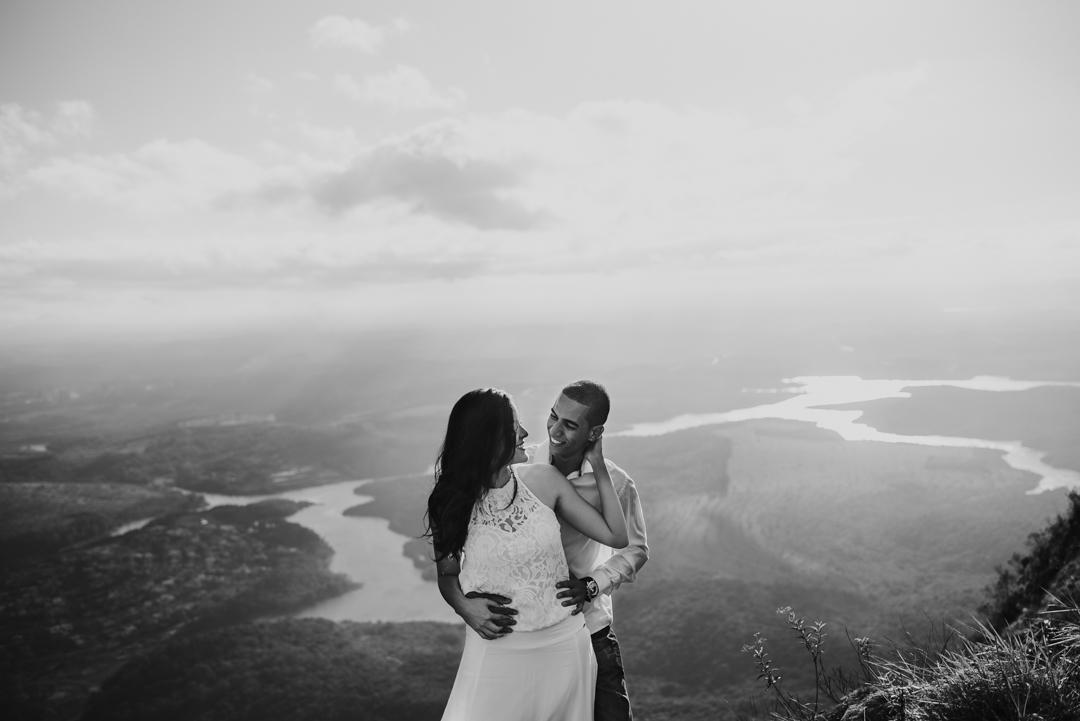casal se olhando em cima da montanha