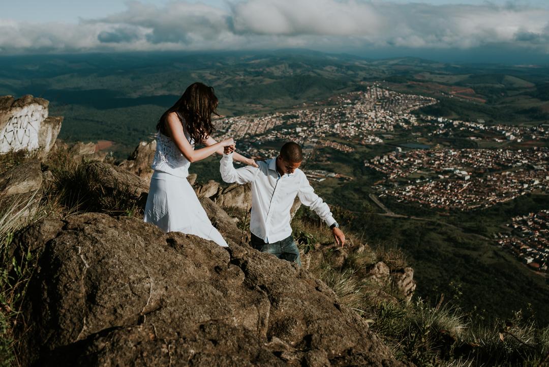 casal descendo a montanha