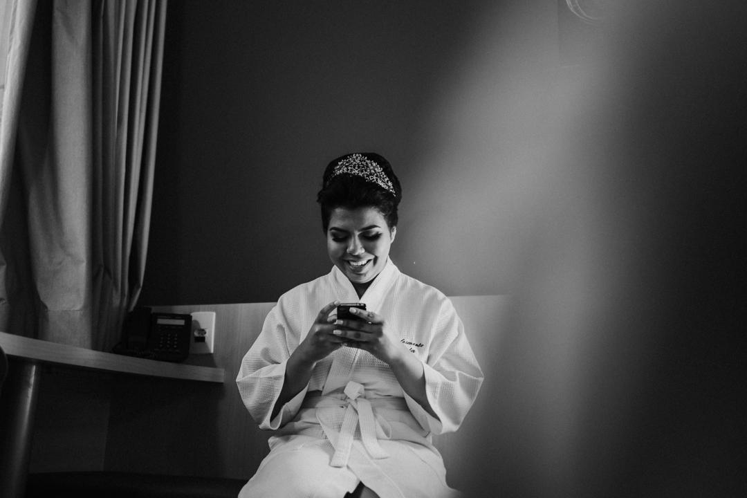 noivo sorrindo no celular