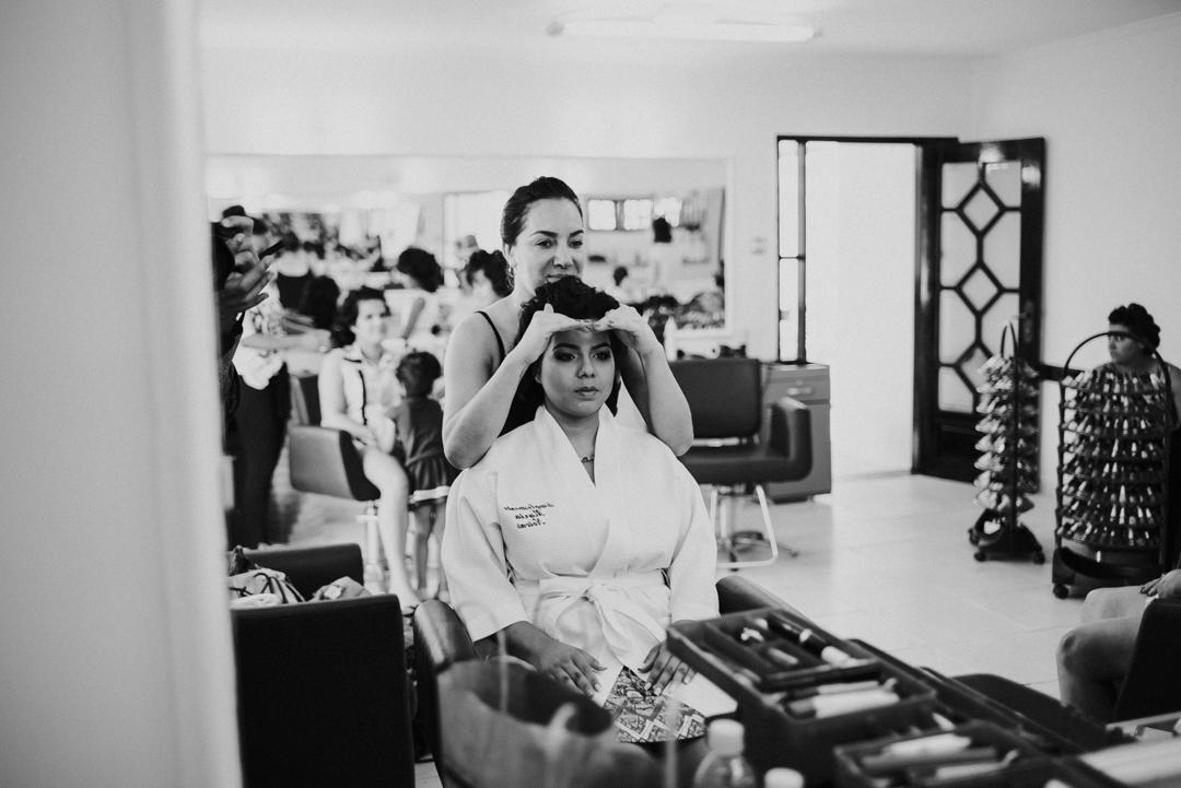 fotografia de casamento - noiva se olhando no espelho
