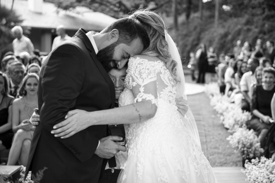 Abraço carinhoso dos noivos com o filho