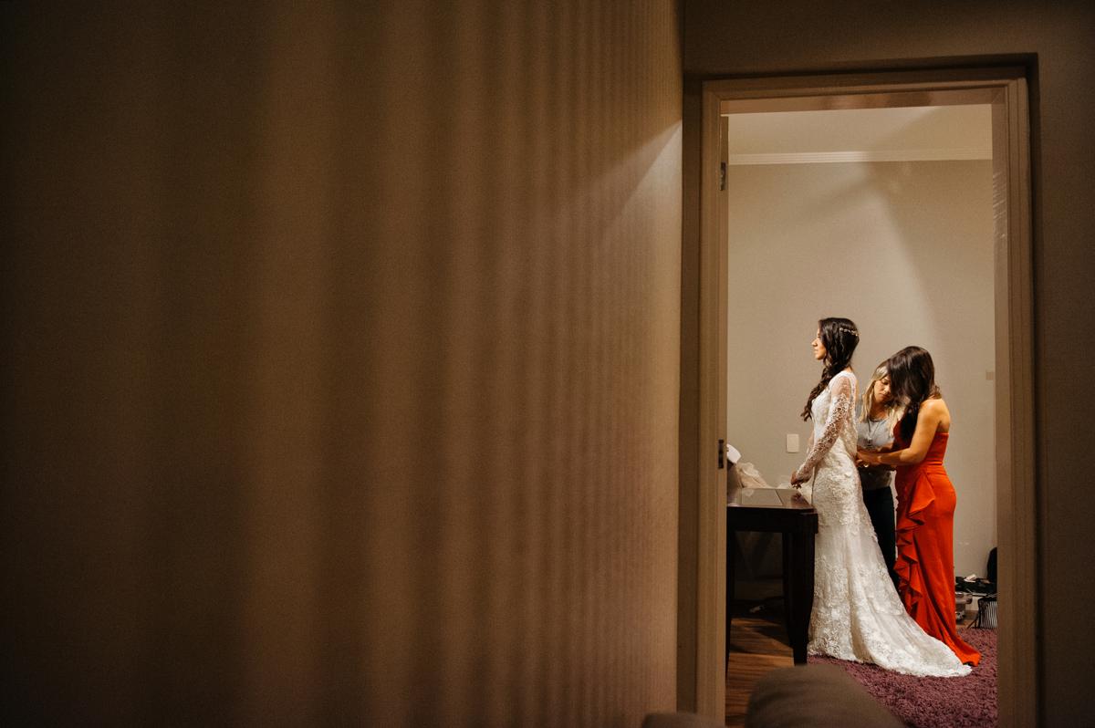 noiva colocando o vestido