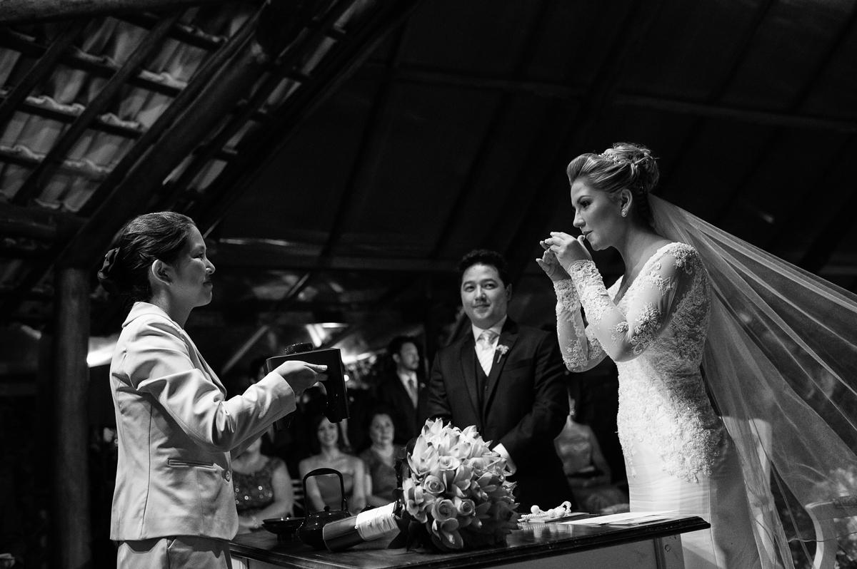 noiva toma chá em cerimonia budista