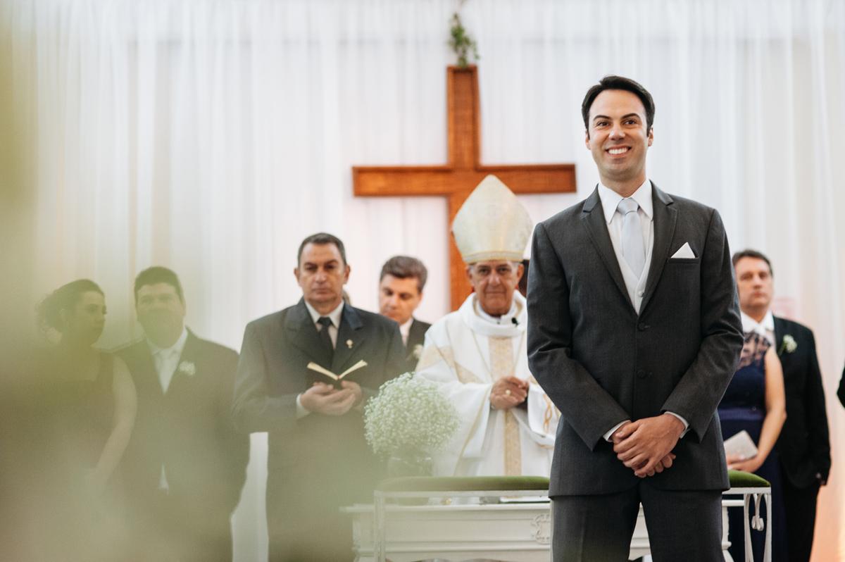 Noivo agrarda entrada da noiva