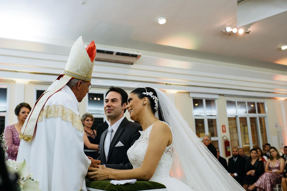 Benção do padre ao casal de noivos