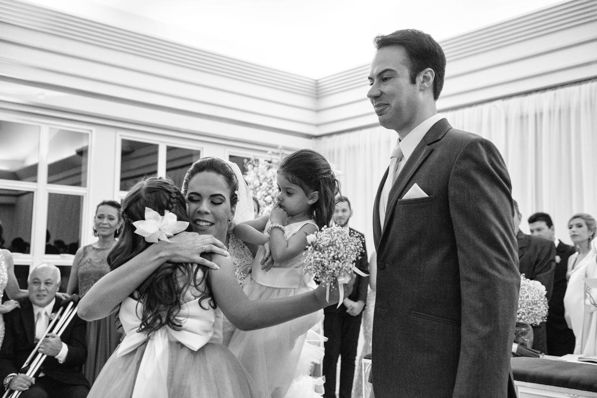 novinha abraça a noiva no altar
