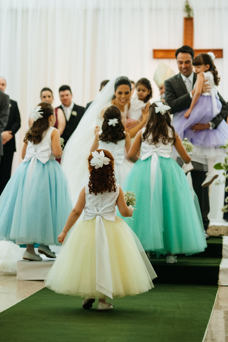 Muitas noivinhas entram levando aliança