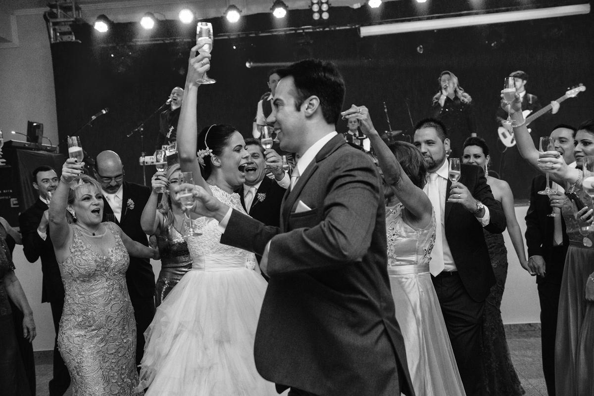 brinde na pista com os noivos
