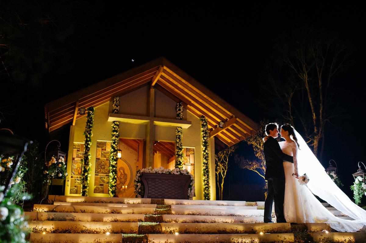 casal em frente a capela construída para seu casamento
