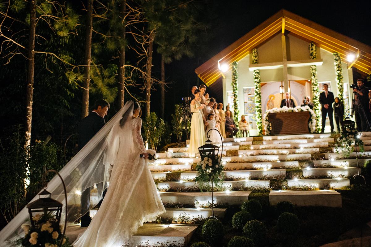 Noiva e seu pai sobem a escada da capela construida para seu casamento