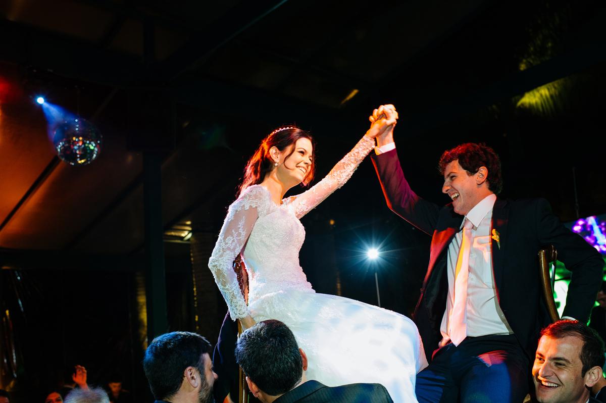 convidados levantam os noivos