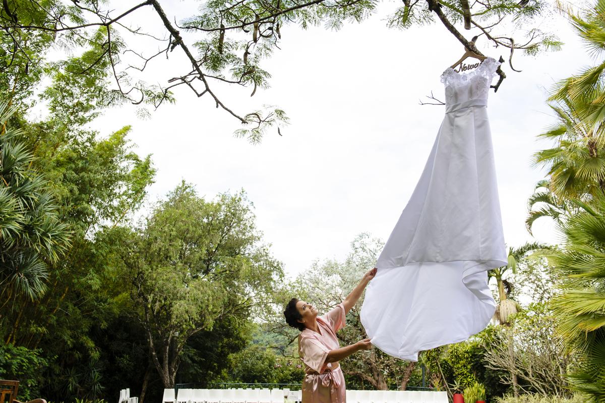 Mãe da noiva confere o vestido da filha