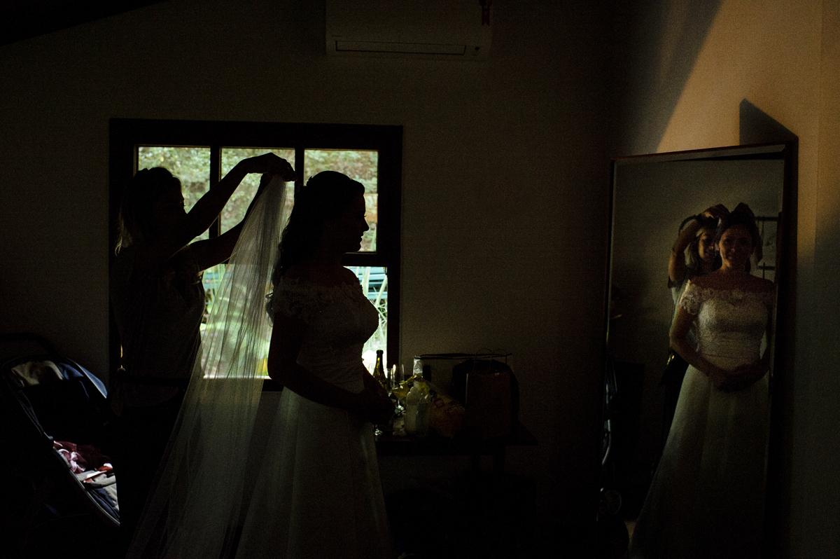 Noiva coloca o véu frente ao espelho