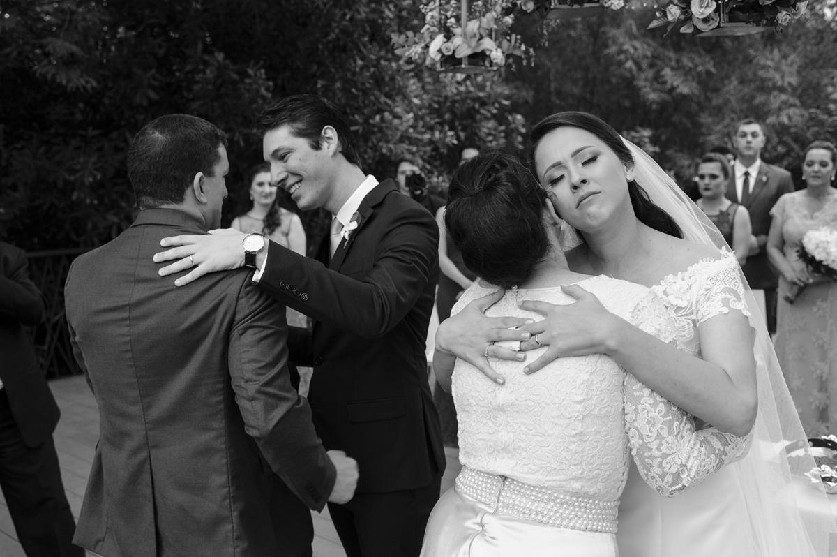 Emoção no comprimento aos noivos