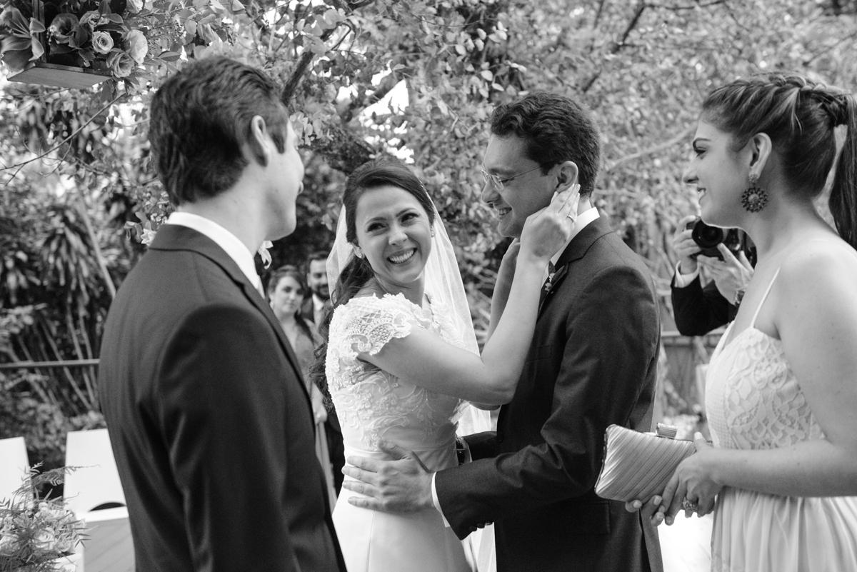 emoção no cumprimento aos noivos