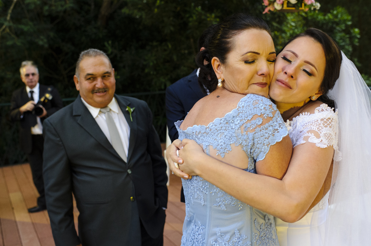 Noiva emocionada abraça a mãe