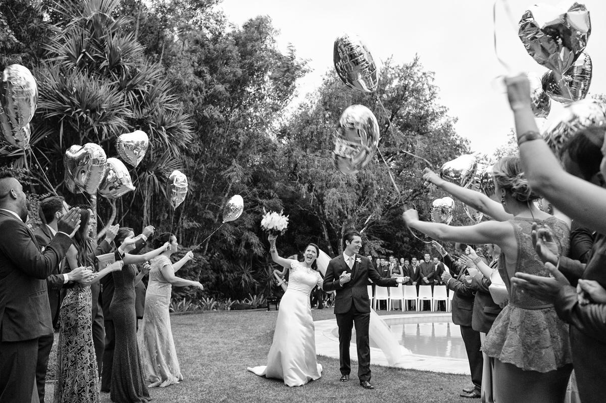 Saida dos noivos com balões