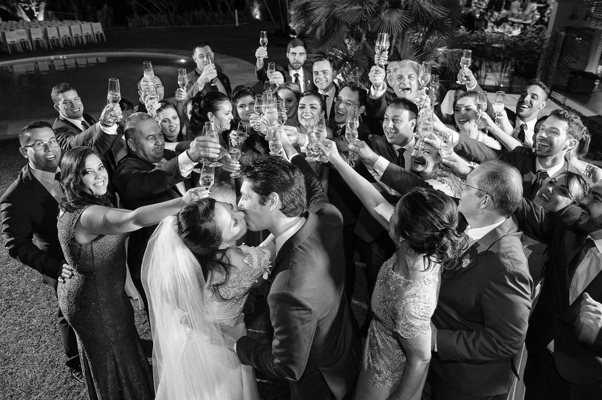 Grande brinde com o casal de noivos