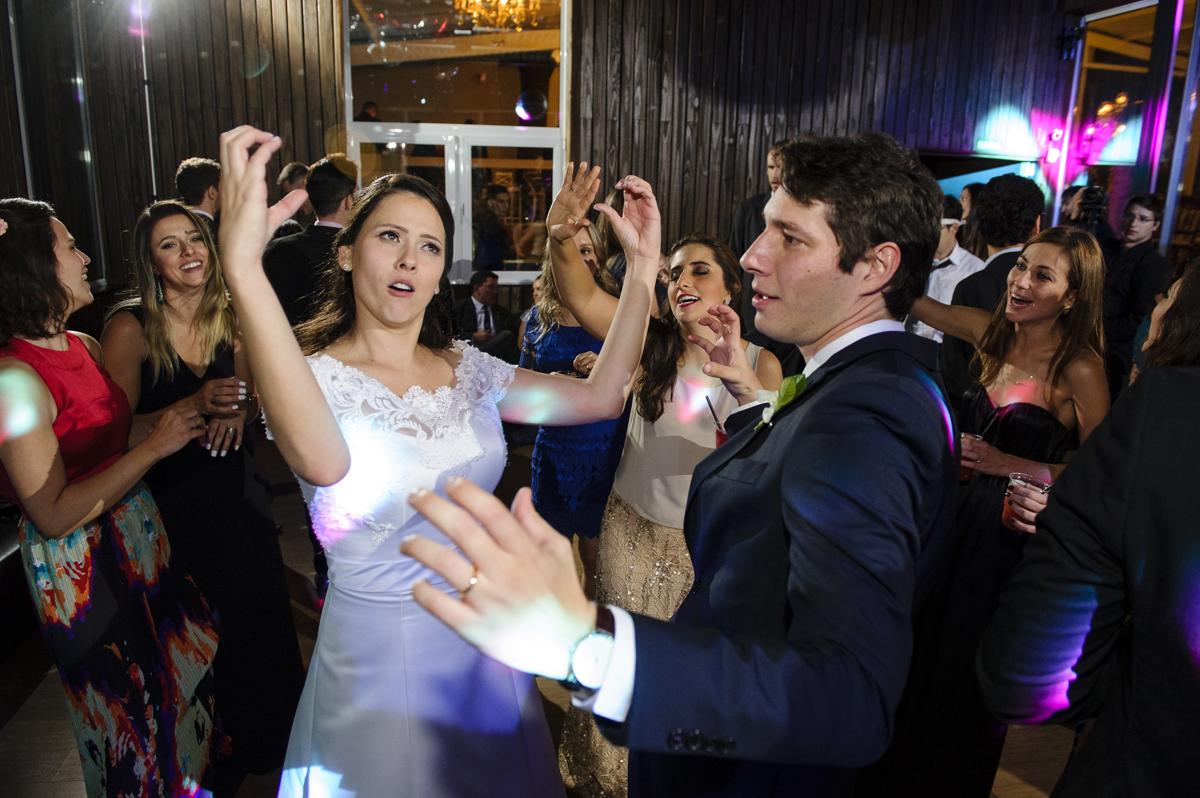 noios se divertem no casamento