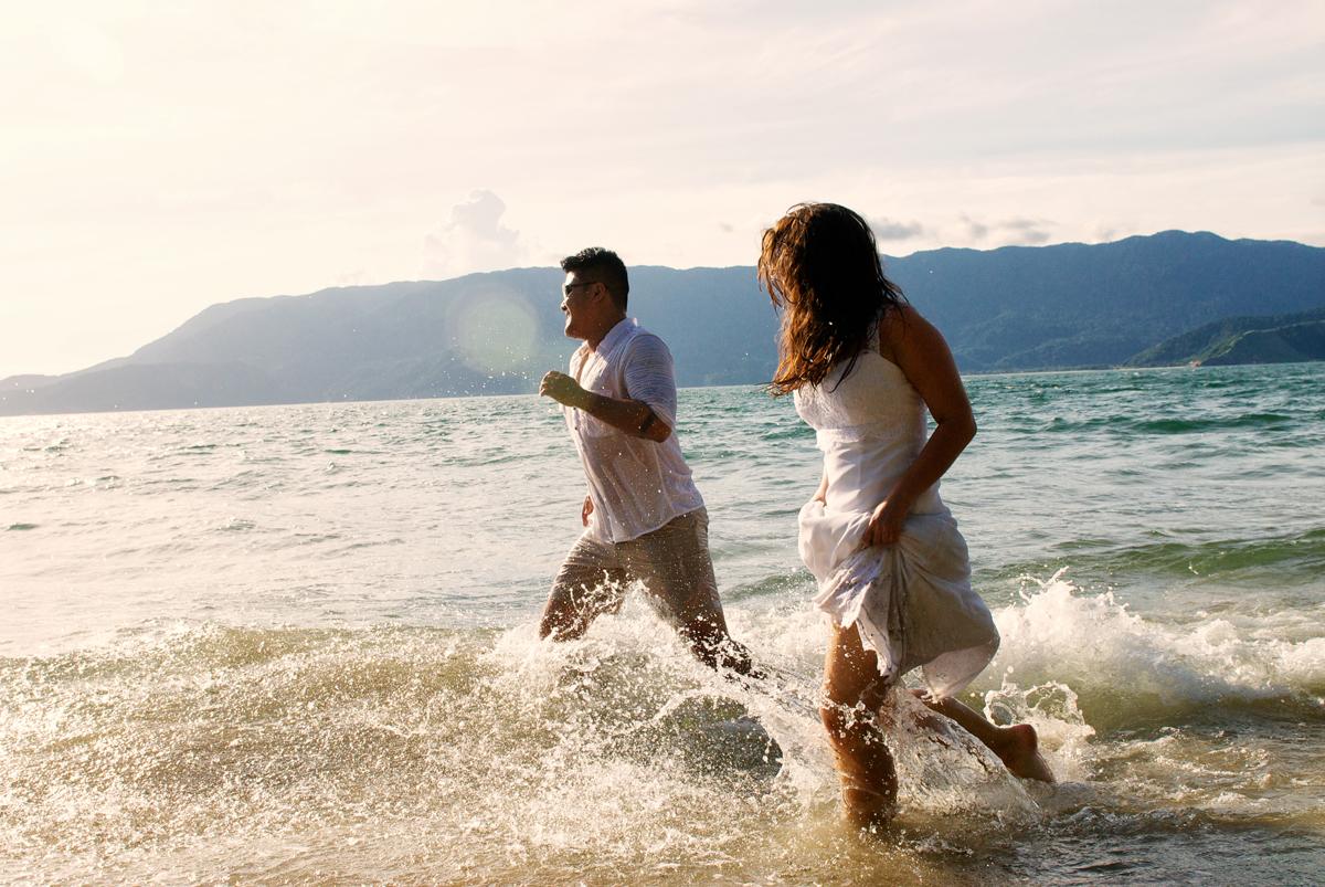 casal corre sobre a agua do mar