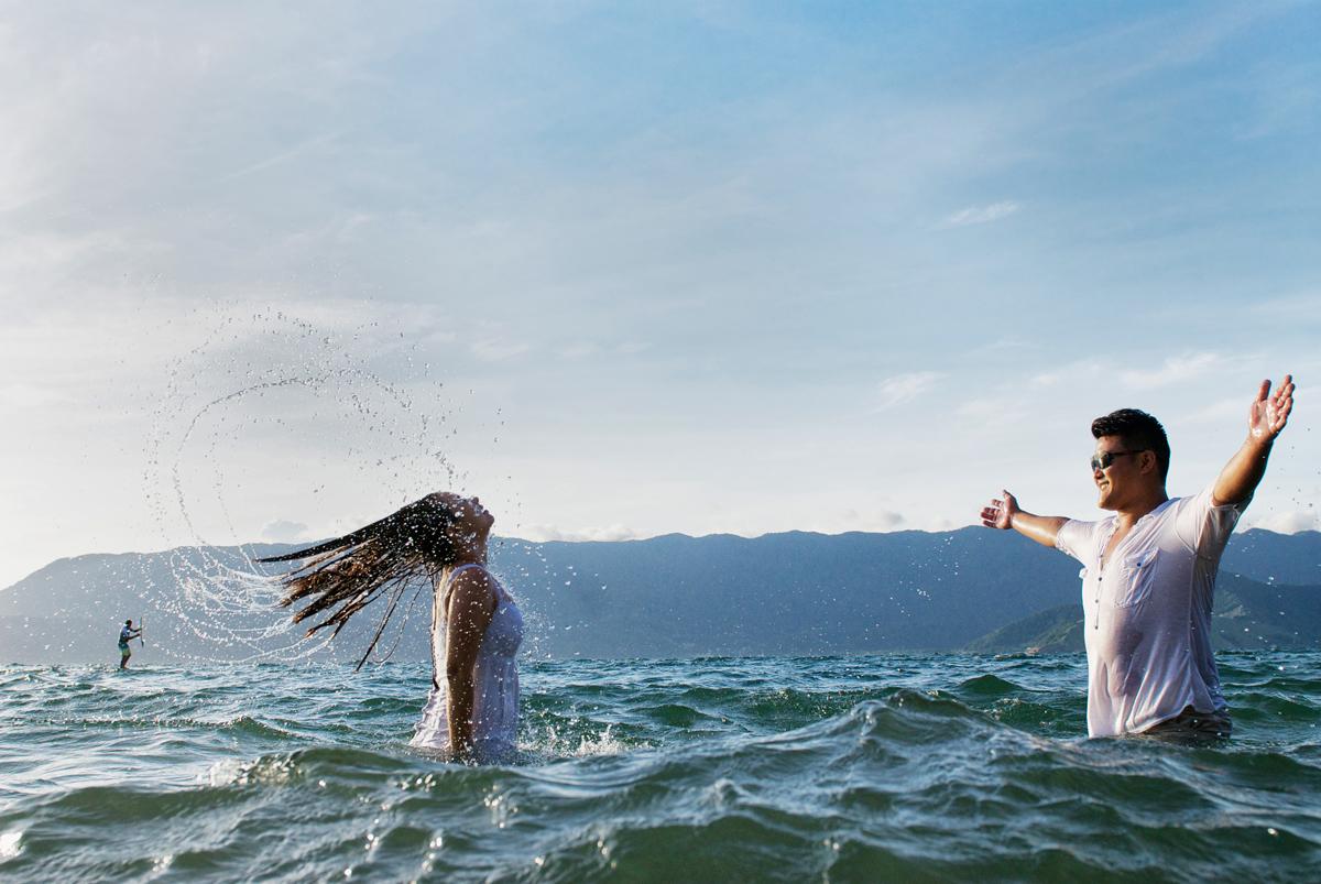 descontração dos noivos na agua